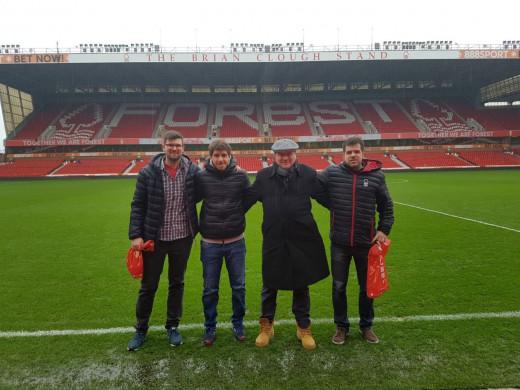Los cuatro aficionados, en el campo del Nottingham Forest días atrás.