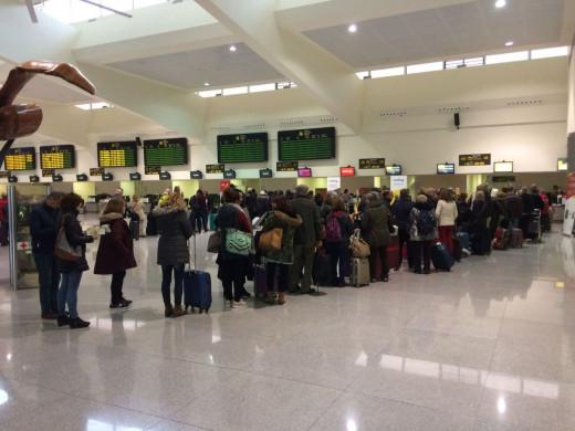 Facturación de maletas en el aeropuerto de Menorca.