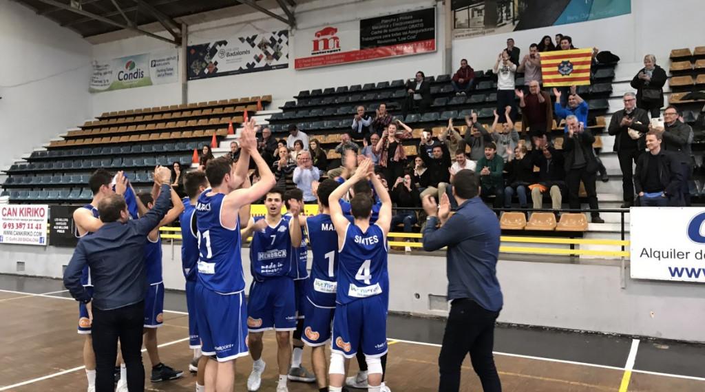 Los jugadores, dando las gracias a los aficionados (Foto: Bàsquet Menorca)