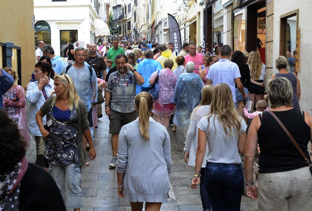Turistas en el centro de Maó.