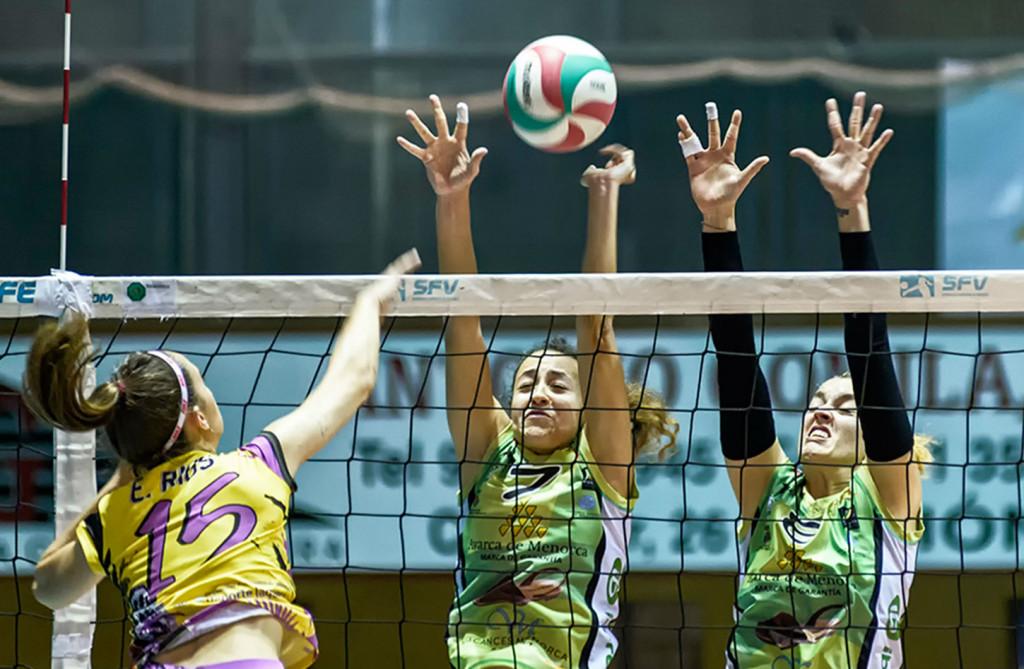 Petra Pont y Andrea García, en acción de bloqueo (Fotos: CV Ciutadella)