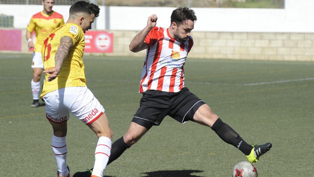 Rubén Carreras trata de interceptar un pase (Fotos: Tolo Mercadal)