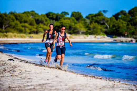 Dos participantes en la Trail Camí de Cavalls (Foto: Marta Bacardit)