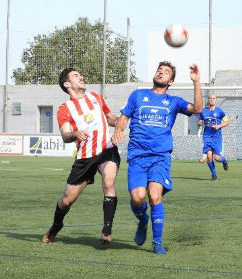 Elliot pugna por un balón durante el partido (Fotos: futbolbalear.es)