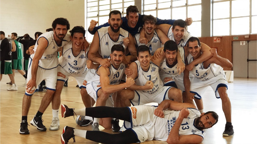 Foto del equipo tras la victoria en Quart (Fotos: Bàsquet Menorca)