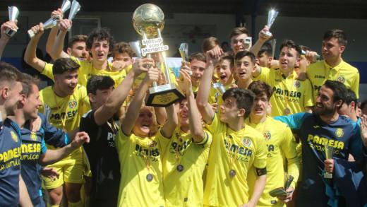 El equipo del Villarreal cadete, con el trofeo (Foto: deportesmenorca.com)