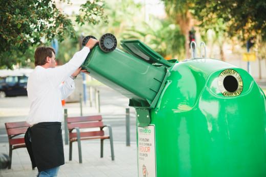 Un trabajador de la hostelería reciclando vidrio (Foto: Ecovidrio)