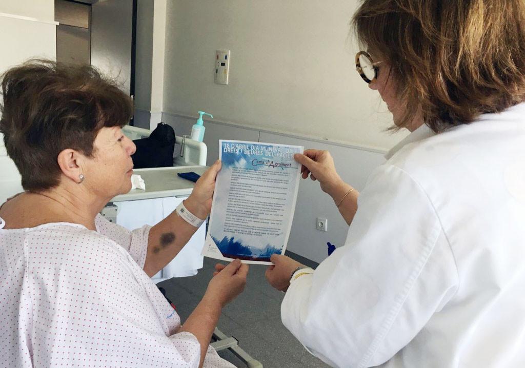 Manuela Martínez, entregando una de las cartas a una paciente.