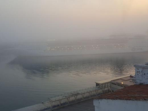 (Fotos) Maó amanece cubierta de niebla