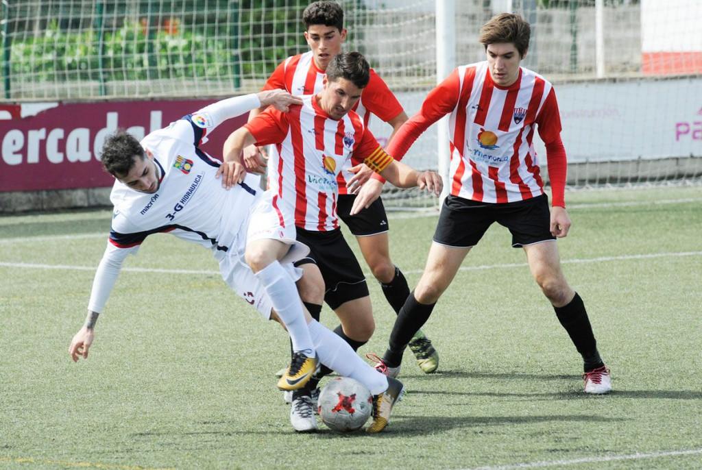 Robert roba la pelota a un jugador del Poblense (Foto: Tolo Mercadal)