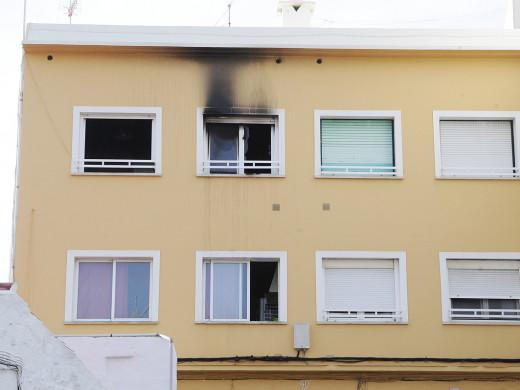 (Fotos) Desalojan un bloque de viviendas en la calle Vasallo de Maó por un incendio