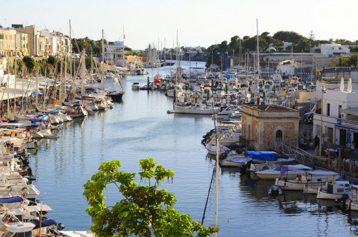 El incidente en el puerto de Ciutadella ha obligado a intervenir a la Policía Local y a los bomberos. Foto: Tolo Mercadal