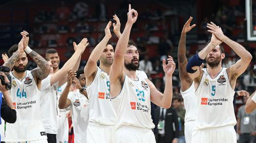 Llull celebra el triunfo con la afición (Foto: ACB)