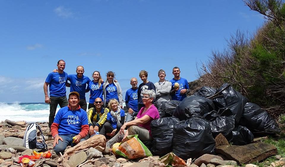 "Miembros de ""Per la mar VIVA"", tras la recogida de basura (Fotos: Per la mar VIVA y Ajuntament de Sant Lluís)"