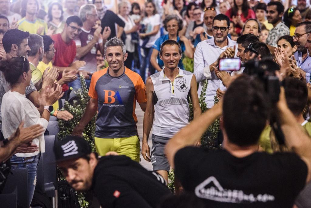 Garau y Guillon, juntos y agasajados por el resto de atletas (Foto: Marta Bacardit)
