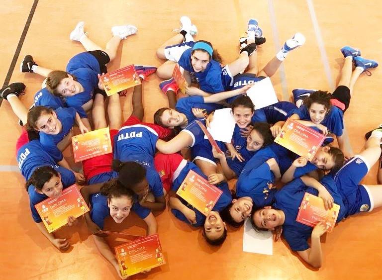 Algunos de los participantes con los diplomas (Fotos: Federació de Bàsquet de les Illes Balears)