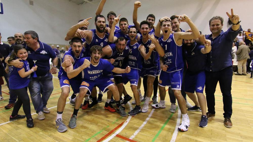 Celebración tras el triunfo (Fotos: deportesmenorca.com)