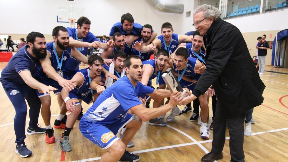Momento de la entrega del trofeo de campeón (Fotos. deportesmenorca.com)