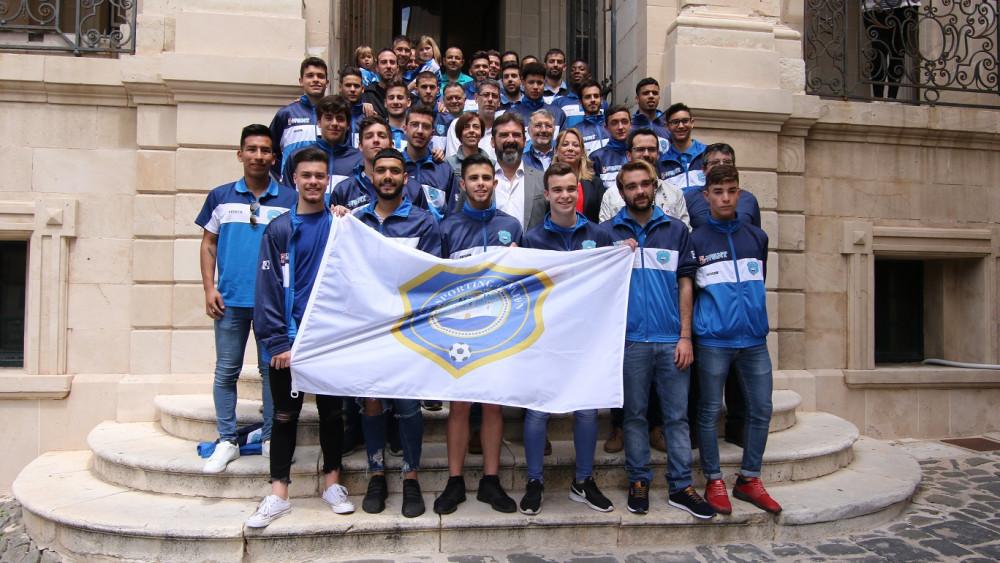Los dos equipos, con miembros del consistorio (Fotos: deportesmenorca.com)