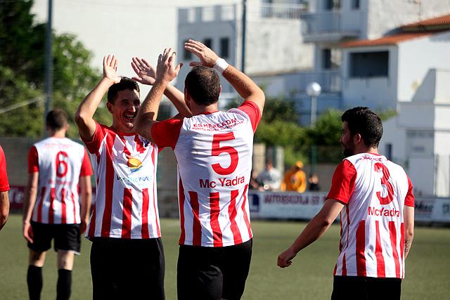 Robert felicita a José Enrich tras el gol (Foto: deportesmenorca.com)