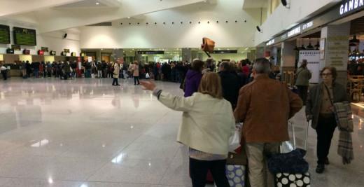 Turistas en el aeropuerto (Foto: Tolo Mercadal)