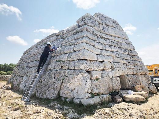 Los trabajos de restauración de la Naveta des Tudons se prolongarán hasta mitad del mes de junio. Fotos: Tolo Mercadal