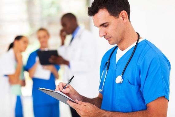 Un enfermero durante un turno.