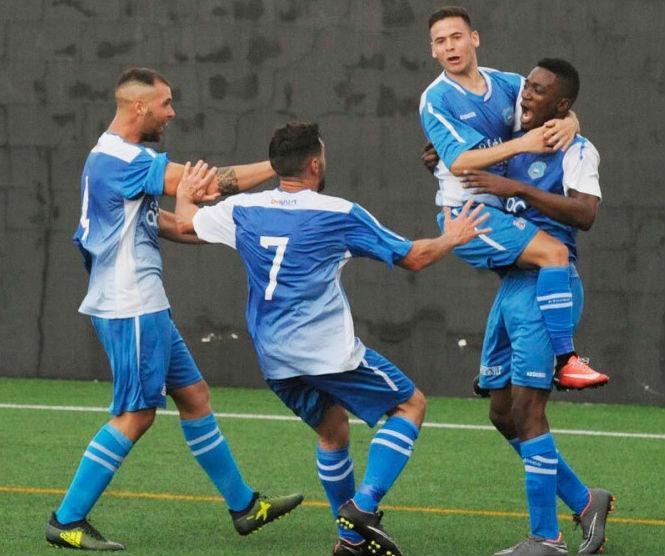 Celebración del gol de Juan Carlos ante el Alaior (Foto: Tolo Mercadal)