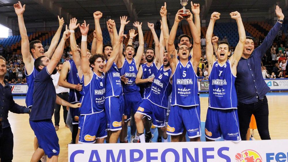 Los jugadores alzan la copa tras lograr el triunfo (Fotos: Tolo Mercadal)