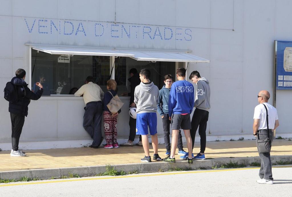Aficionados comprando sus entradas esta tarde en el Pavelló (Foto: Tolo Mercadal)
