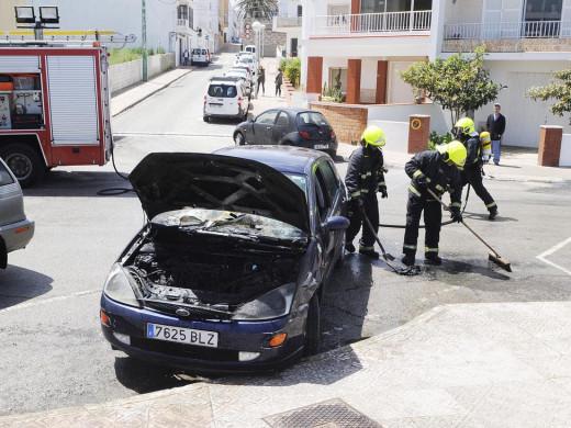 (Fotos) Arde el motor de un coche en Maó