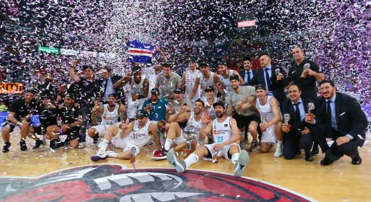 Llull, abajo a la derecha, celebrando el título (Foto: ACB Photo)