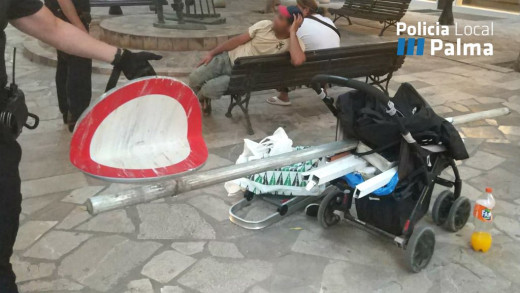 El hombre imputado, con la señal en el carrito (Foto: Policía Local de Palma)