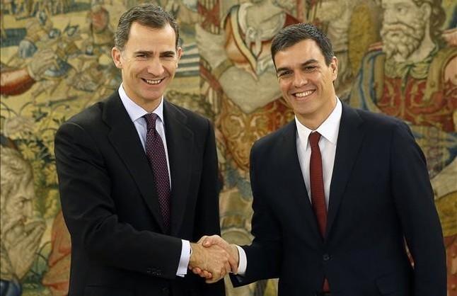 El Rey y Pedro Sánchez estrechan su mano.