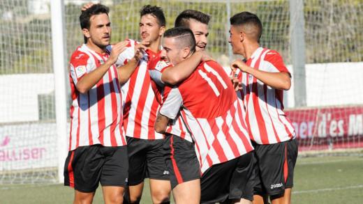 Elliot celebra un gol junto a Ramón.