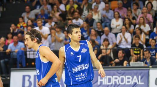 Salvans, a la derecha, en un partido del Bàsquet Menorca (Foto: Bàsquet Menorca)