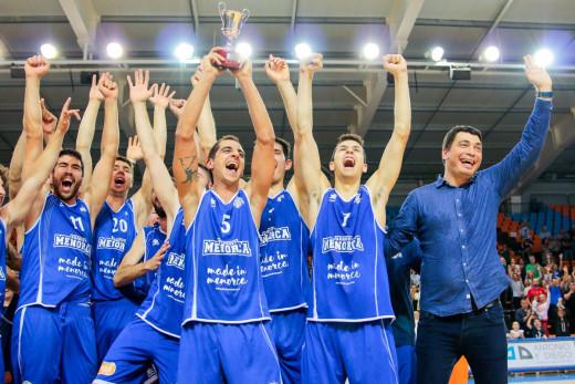 Pagès, celebrando el ascenso junto a los jugadores.