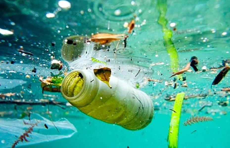 Plásticos en el mar.