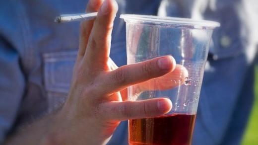 Las jóvenes de Baleares menores de edad consumen más tabaco y alcohol que los chicos, según la encuesta.