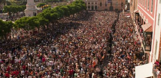 Una multitud en la plaça des Born (Foto: Tolo Mercadal)