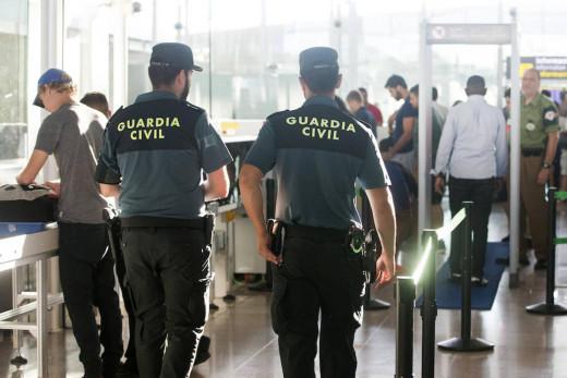 Agentes de la Guardia Civil en el aeropuerto.