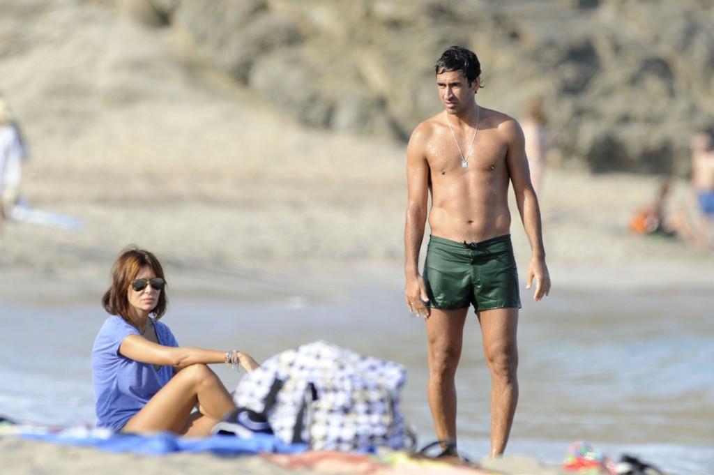 Raúl González, en la imagen junto a su esposa, Mamen, es un enamorado de Menorca.