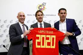 Rubiales, en la izquierda, ha sustituido a Lopetegui, centro, por Fernando Hierro, derecha, al frente de la selección.