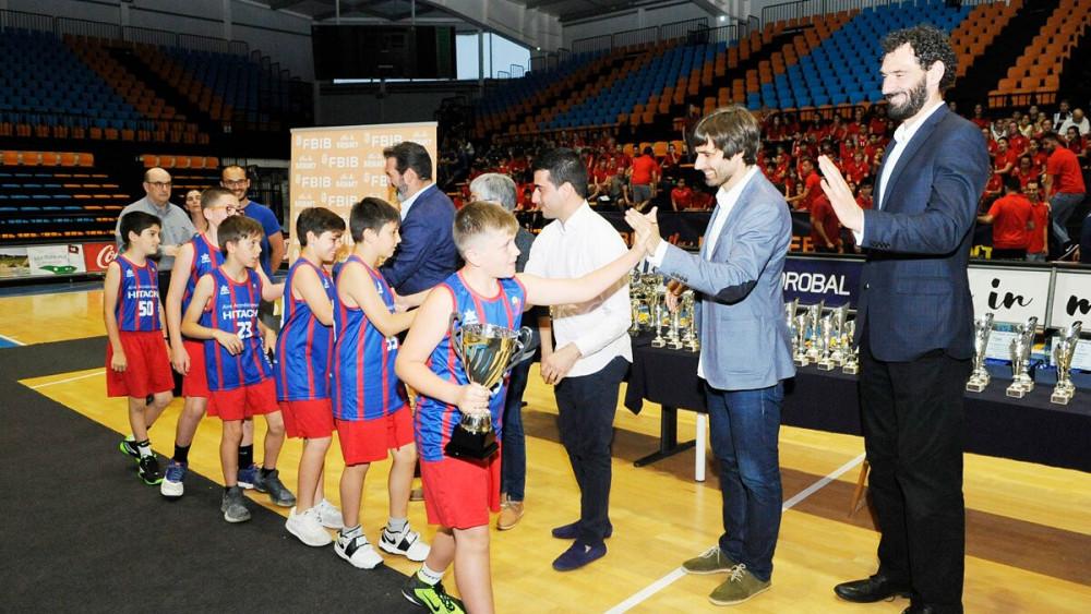 El Ferreries, recogiendo uno de los trofeos (Fotos: Tolo Mercadal)