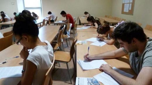 Estudiantes en un examen.