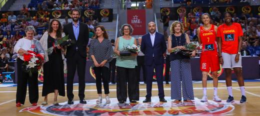 Seguí, la segunda por la izquierda, en el homenaje (Foto: FEB)