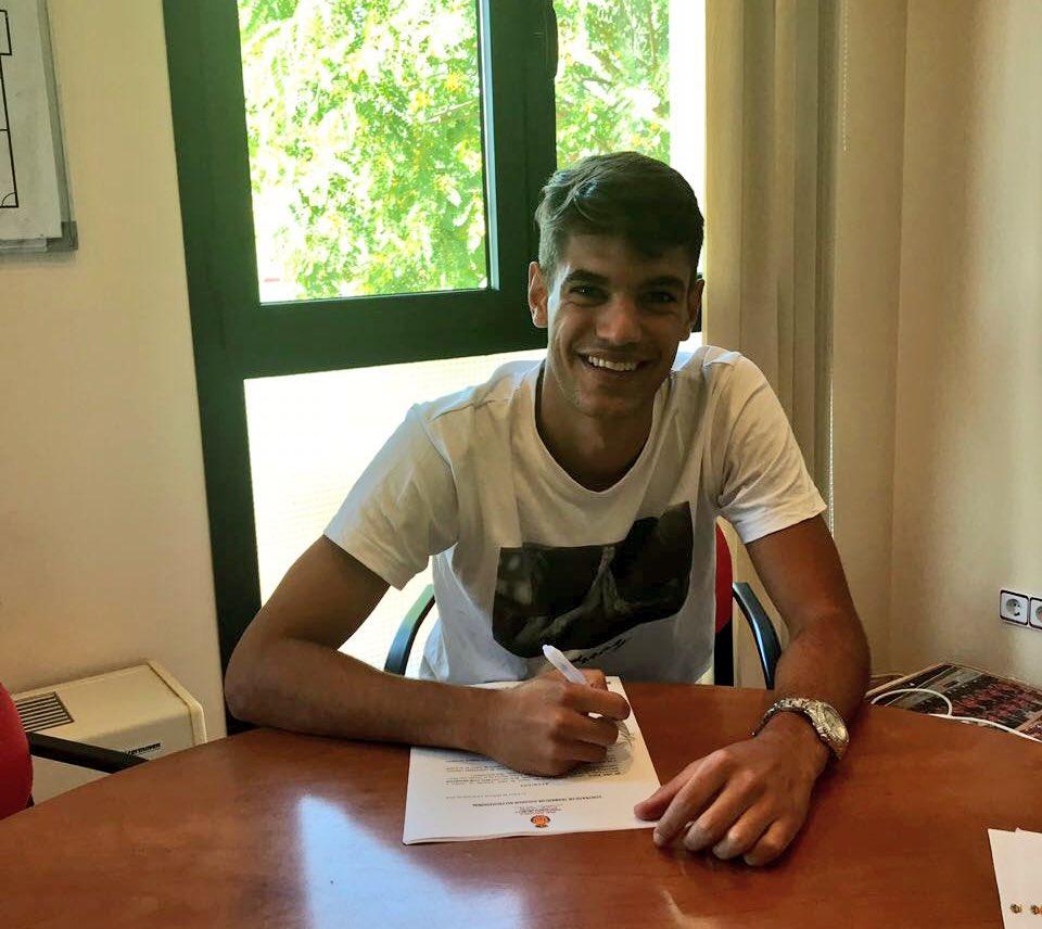 Andreu, firmando su nuevo contrato.