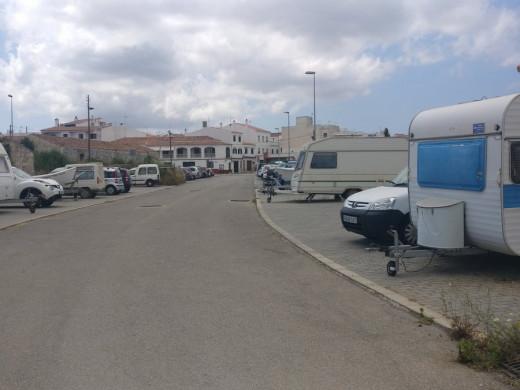 (Fotos) Denuncian que el parking de Es Migjorn se ha llenado de barcas y autocaravanas