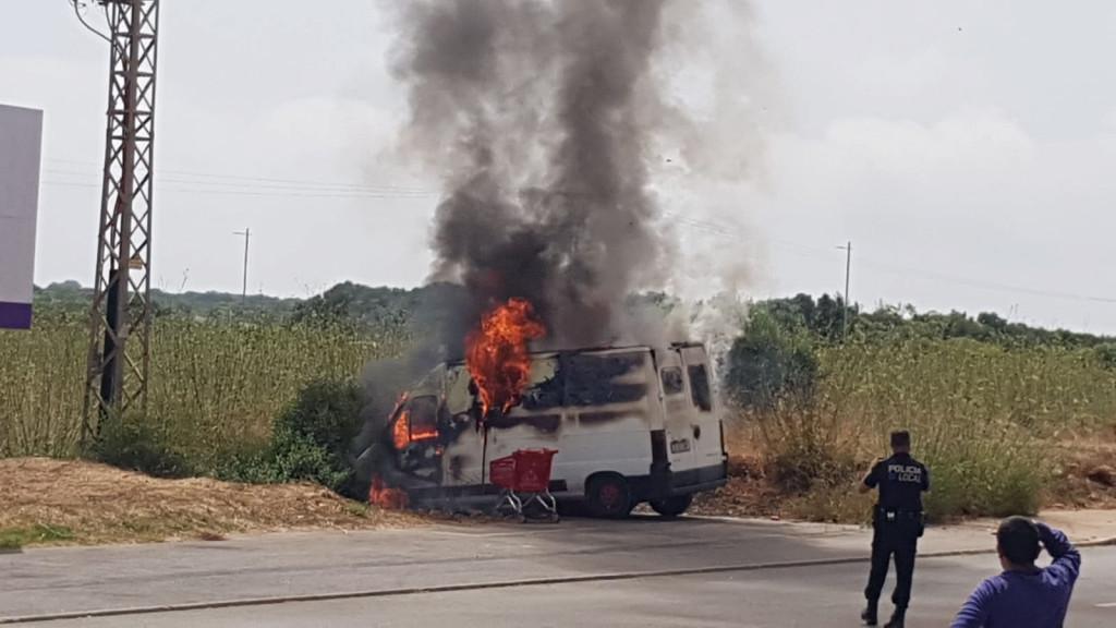 Imagen de la furgoneta ardiendo.