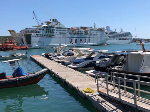 """(Fotos) Tres cruceros y el barco de la """"Trasme"""" en el puerto de Maó"""